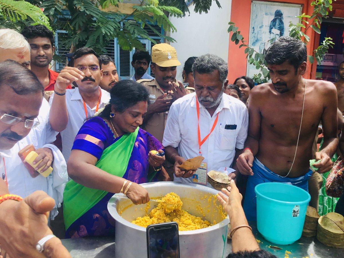 Dr Tamilisai Soundararajan Worshipped Athi Varadar and Distributed Prasadam to Devotees