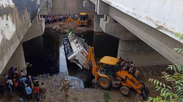 Bus accident on Yamuna Expressway near Agra. Image Dr. Pratishtha Singh