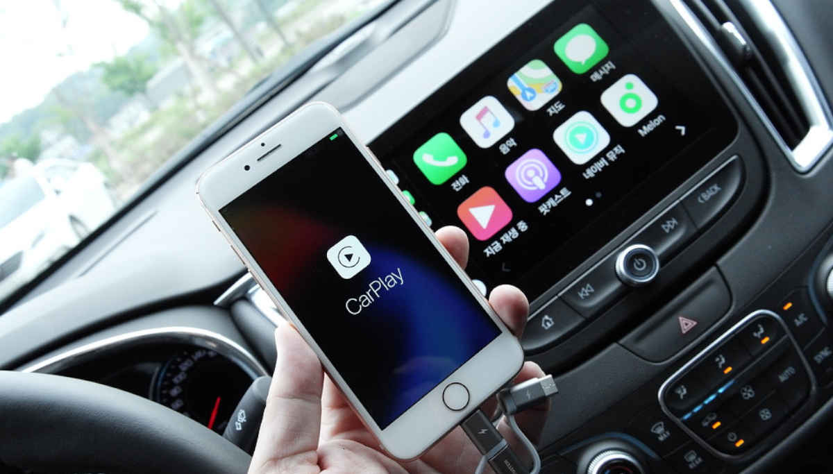 Apple CarPlay and Android Auot Distracts Drivers